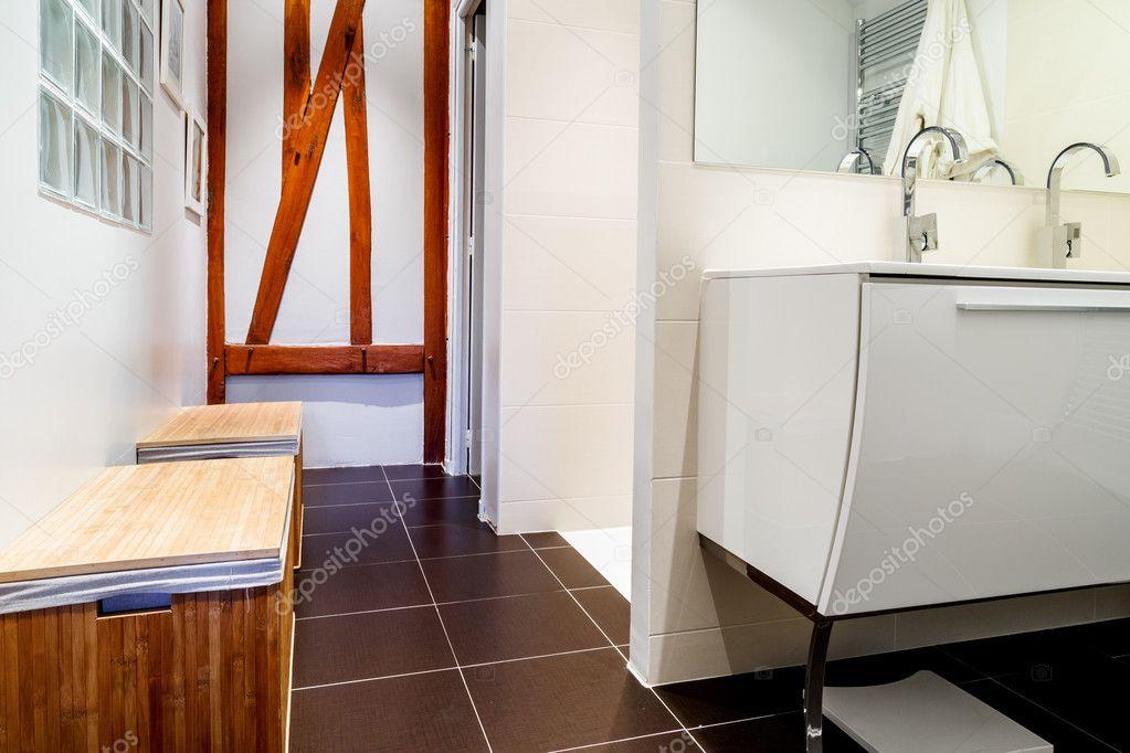 Moderne badkamer met kranen op witte kast — Stockfoto © Pixinooo ...