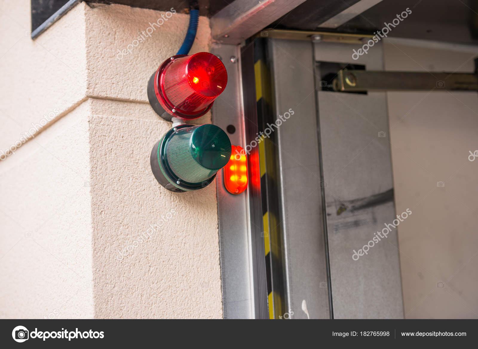 Apertura automatica delle porte del garage per un'auto ...
