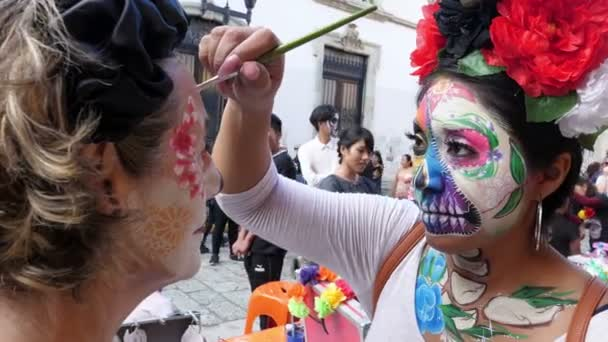 Halloween napján a halott látványos smink party maszkok. A Holtak Napja egy mexikói ünnep, amit egész Mexikóban ünnepelnek. A többnapos nyaralás során a család és a barátok összegyűlnek, hogy imádkozzanak és emlékezzenek az elhunyt családtagokra.