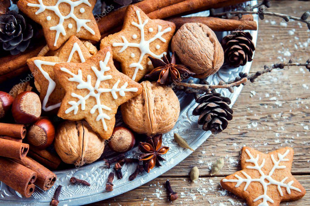 Weihnachts Dekor Mit Lebkuchen Stockfoto C Mizina 130379146