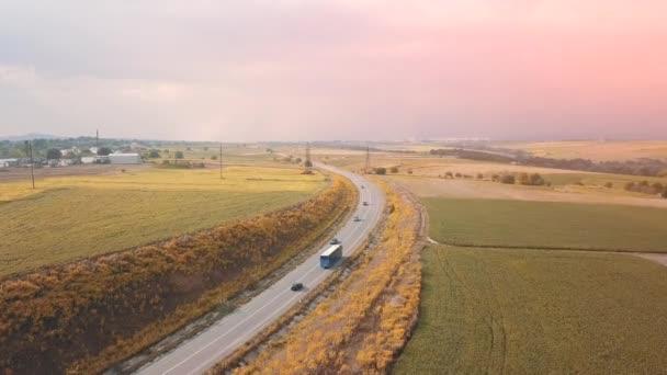 Letecký pohled na turné autobusem na úzké venkovské silnici.