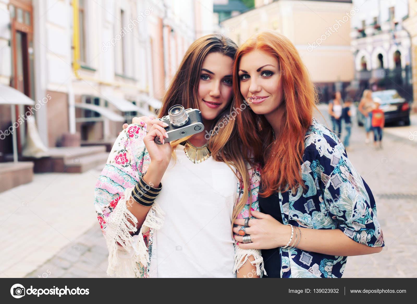 663635d996c367 Zwei hübsche Frauen auf Straße — Stockfoto © perminoffa #139023932