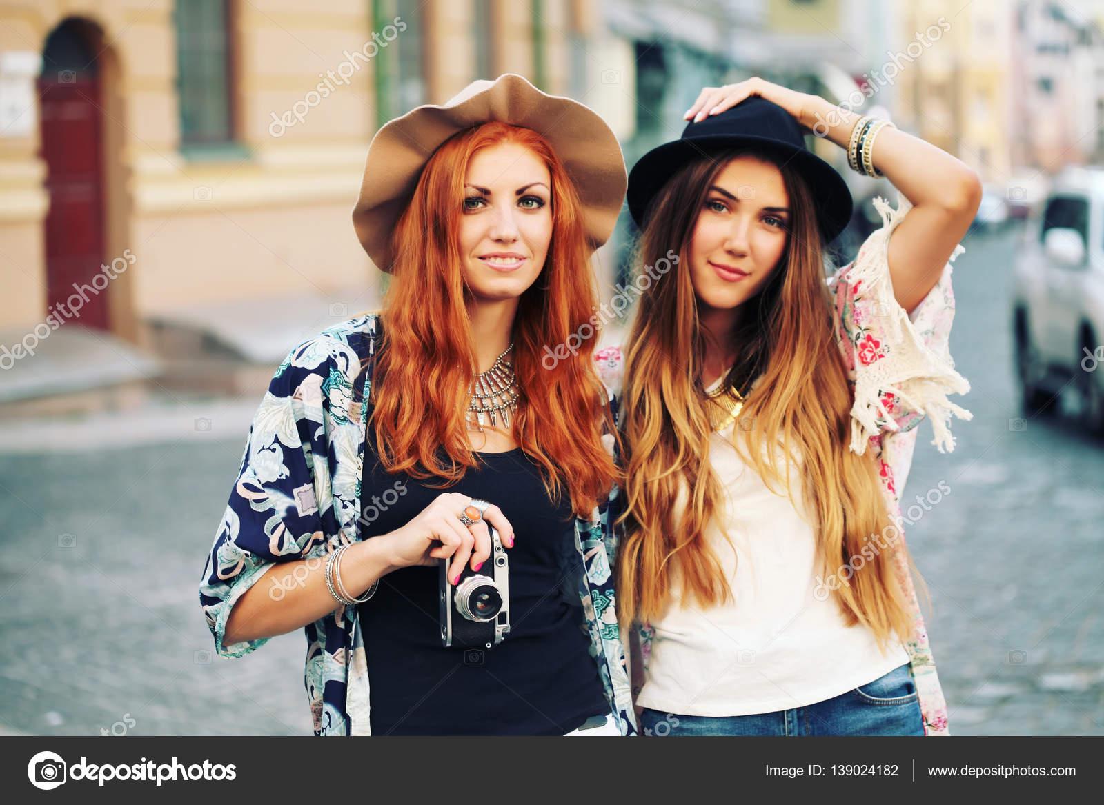 2053752ec99733 Zwei hübsche Frauen auf Straße — Stockfoto © perminoffa #139024182