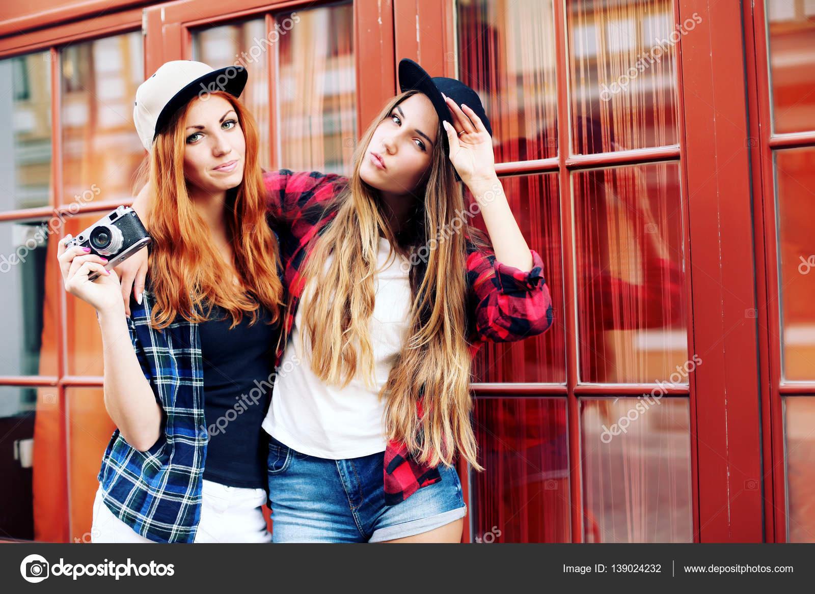0de79017dca237 zwei hübsche Frauen auf Straße — Stockfoto © perminoffa #139024232