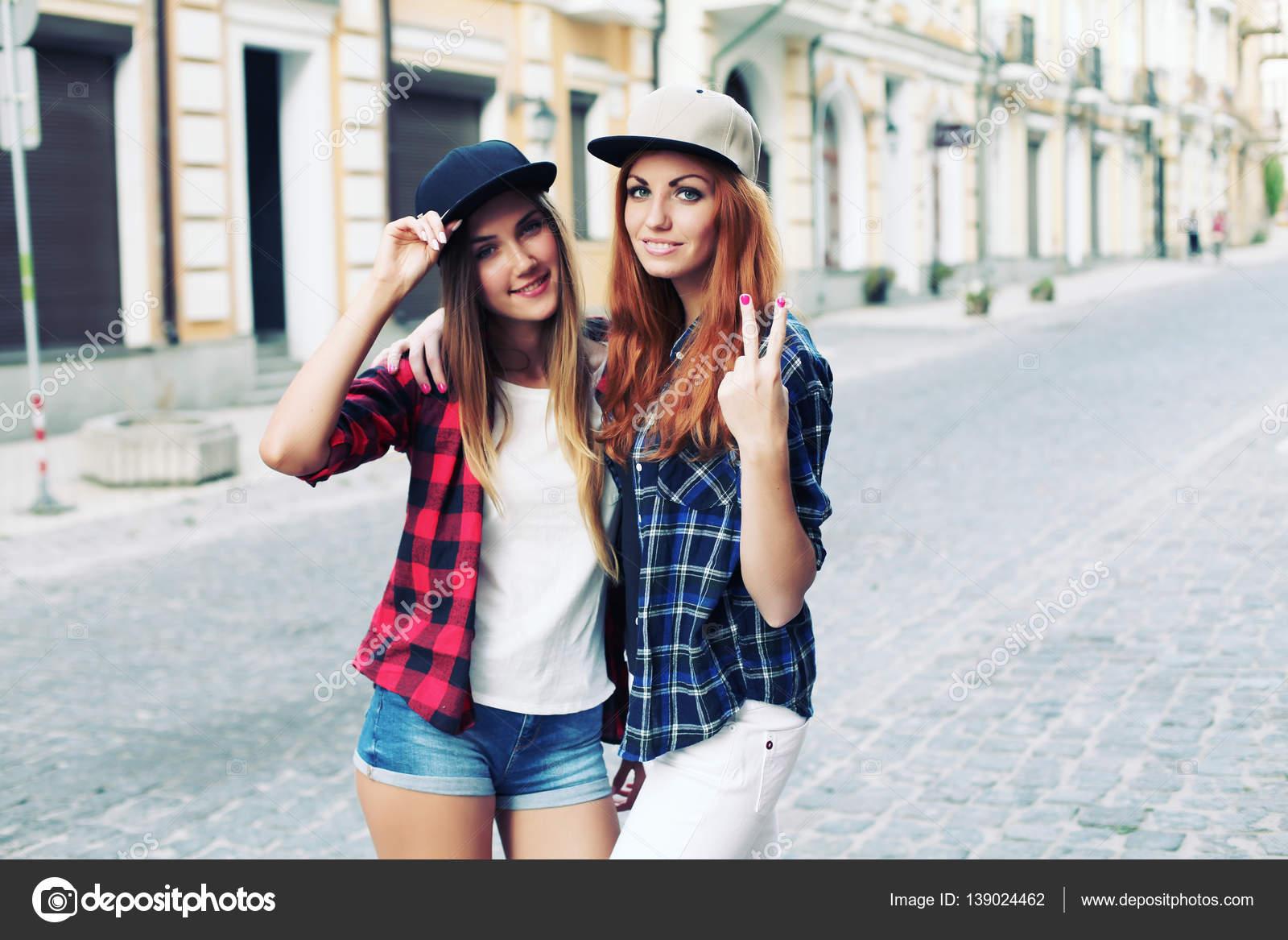 79e99fcae6c747 Zwei hübsche Frauen auf Straße — Stockfoto © perminoffa #139024462