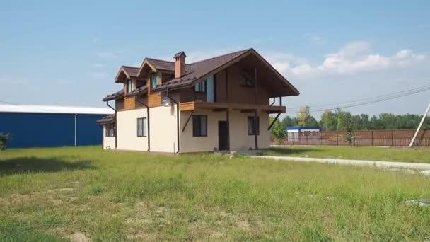 Ein Haus, das ein Schild an der Seite eines Gebäudes hat