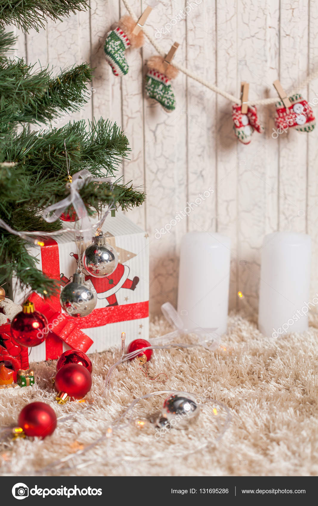 Weihnachtsgeschenke unter dem Baum — Stockfoto © tanchop #131695286
