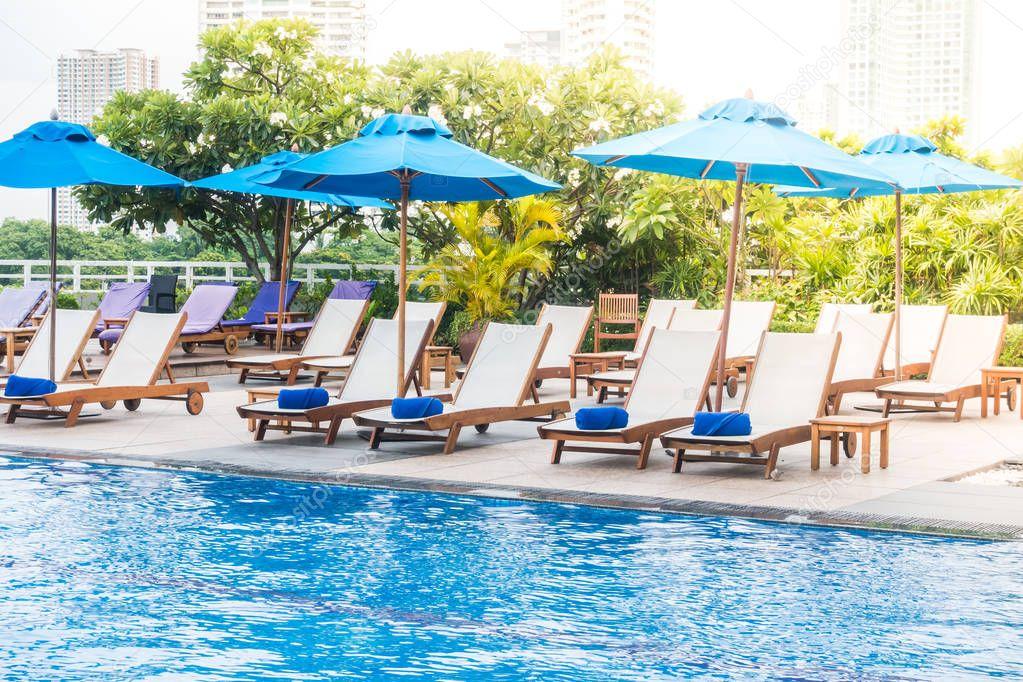 Parasol et chaise décoration autour de piscine — Photographie ...