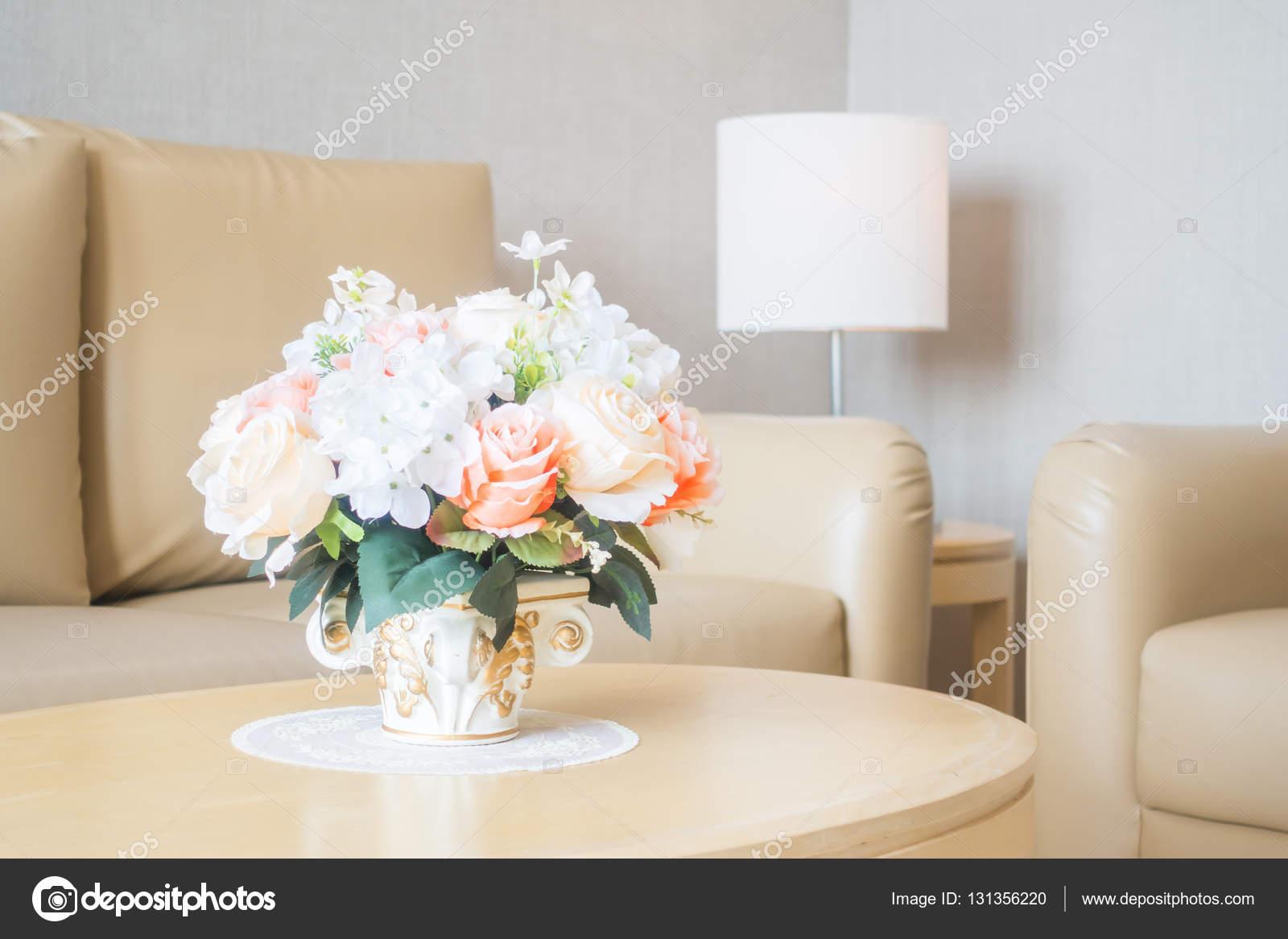 Bloemenvaas op tafeldecoratie in de woonkamer binnenkant — Stockfoto ...