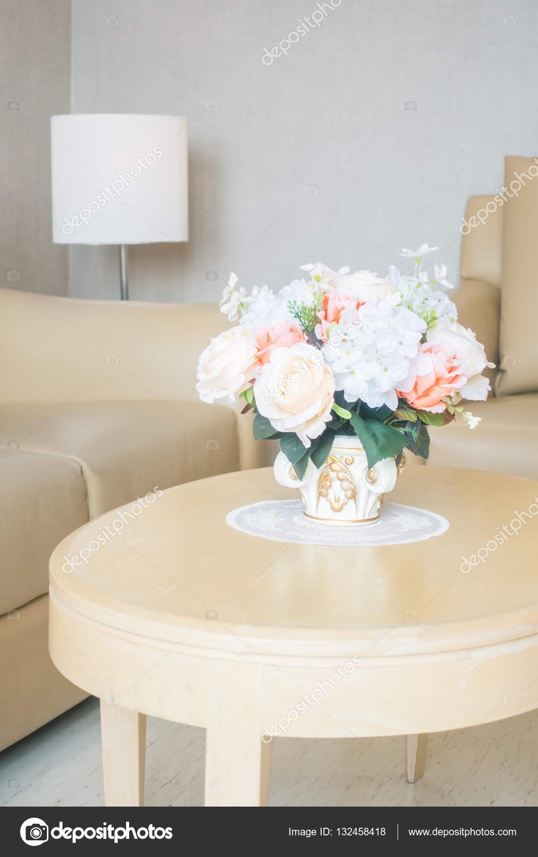 https://st3.depositphotos.com/1875497/13245/i/1600/depositphotos_132458418-stockafbeelding-bloemenvaas-op-tafeldecoratie-in-de.jpg