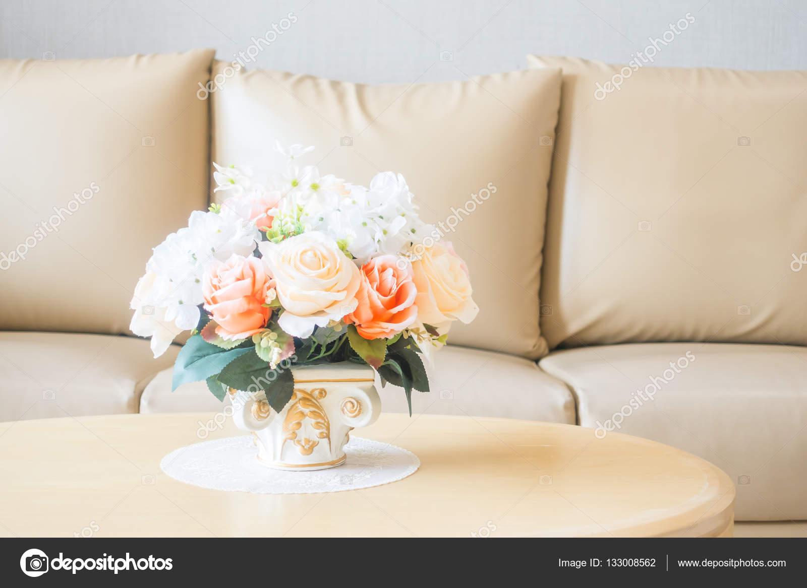https://st3.depositphotos.com/1875497/13300/i/1600/depositphotos_133008562-stockafbeelding-bloemenvaas-op-tafeldecoratie-in-de.jpg