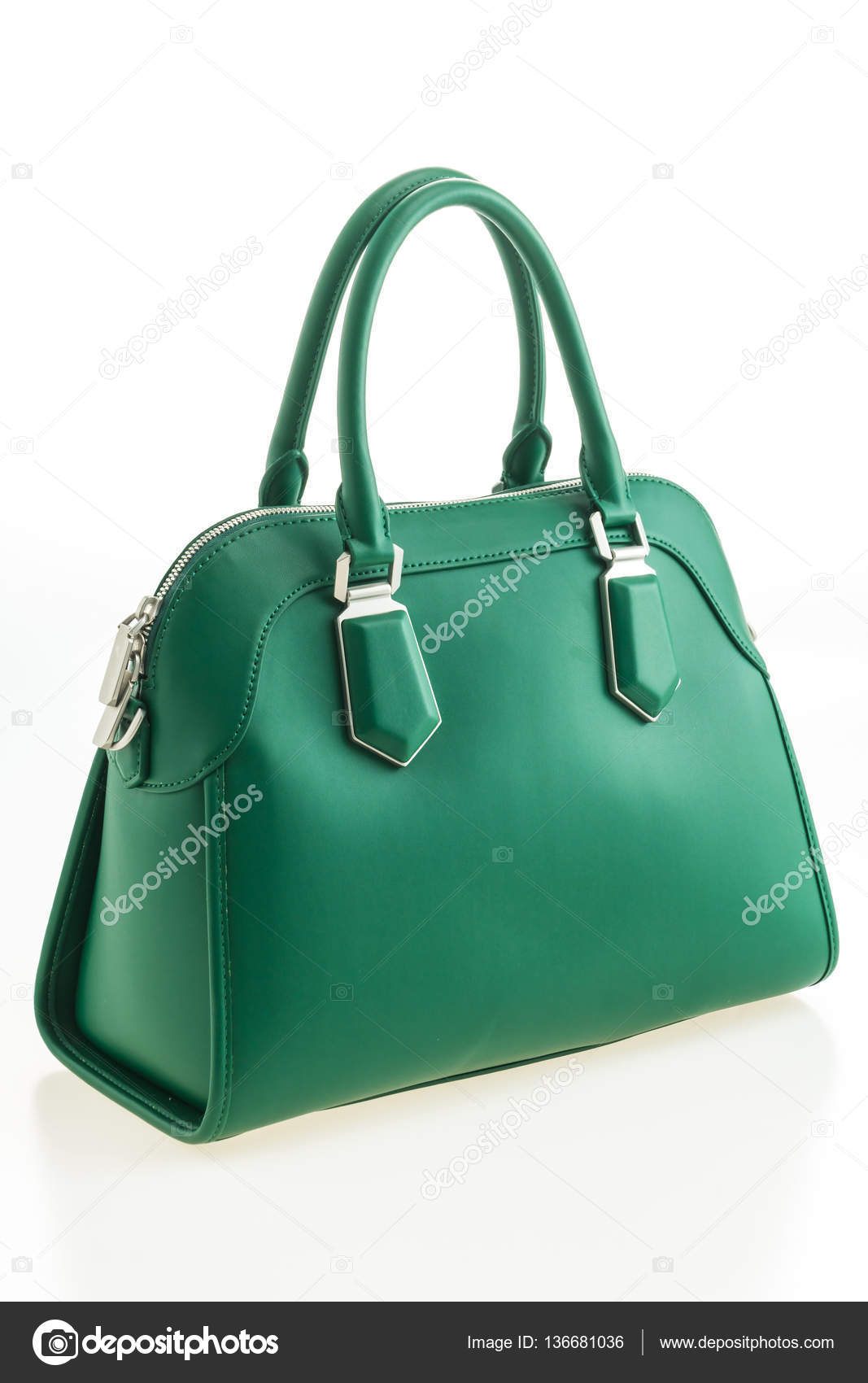 e42b6fb7965e Krásná elegance a luxusu módní kožené zelené ženy kabelky izolovaných na  bílém pozadí — Fotografie od ...