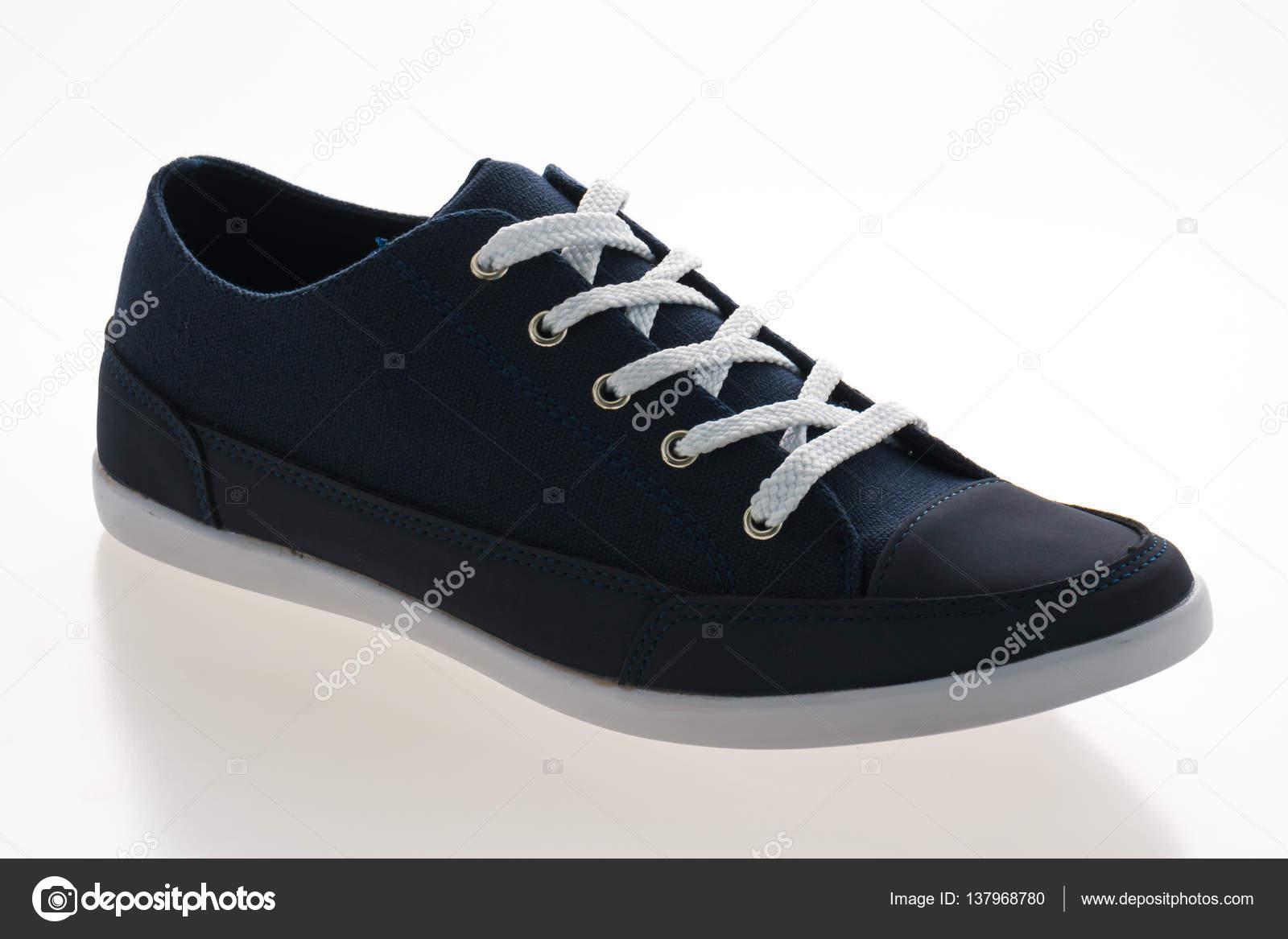 ed9fda2efc0 Ανδρών μόδας παπούτσια που απομονώνονται σε λευκό φόντο — Εικόνα από  mrsiraphol