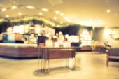Abstraktní rozmazání a rozostření restaurace a kávy interiér