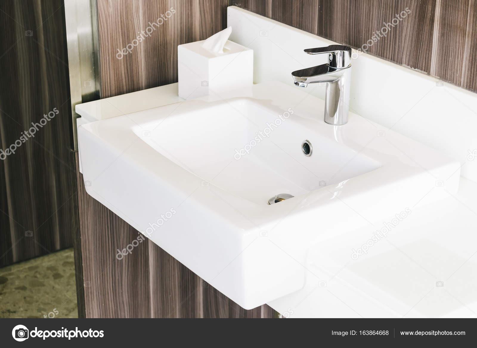 Évier moderne blanc et robinet de salle de bain — Photographie ...
