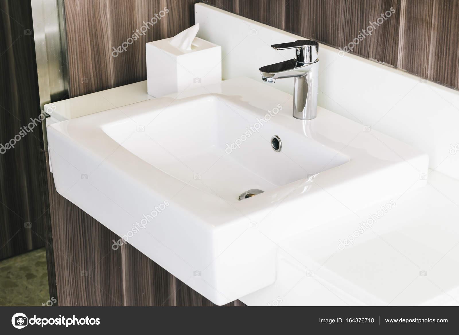 Witte moderne wastafel en kraan in de badkamer u stockfoto