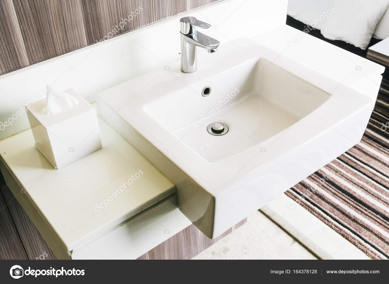 Weiße moderne Spüle und Wasserhahn im Badezimmer — Stockfoto ...