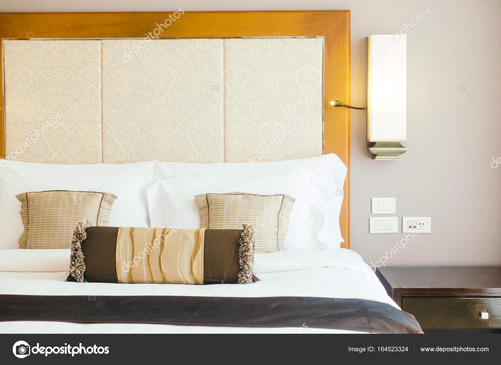 Cuscini sul letto decorazione interiore della camera da letto — Foto ...