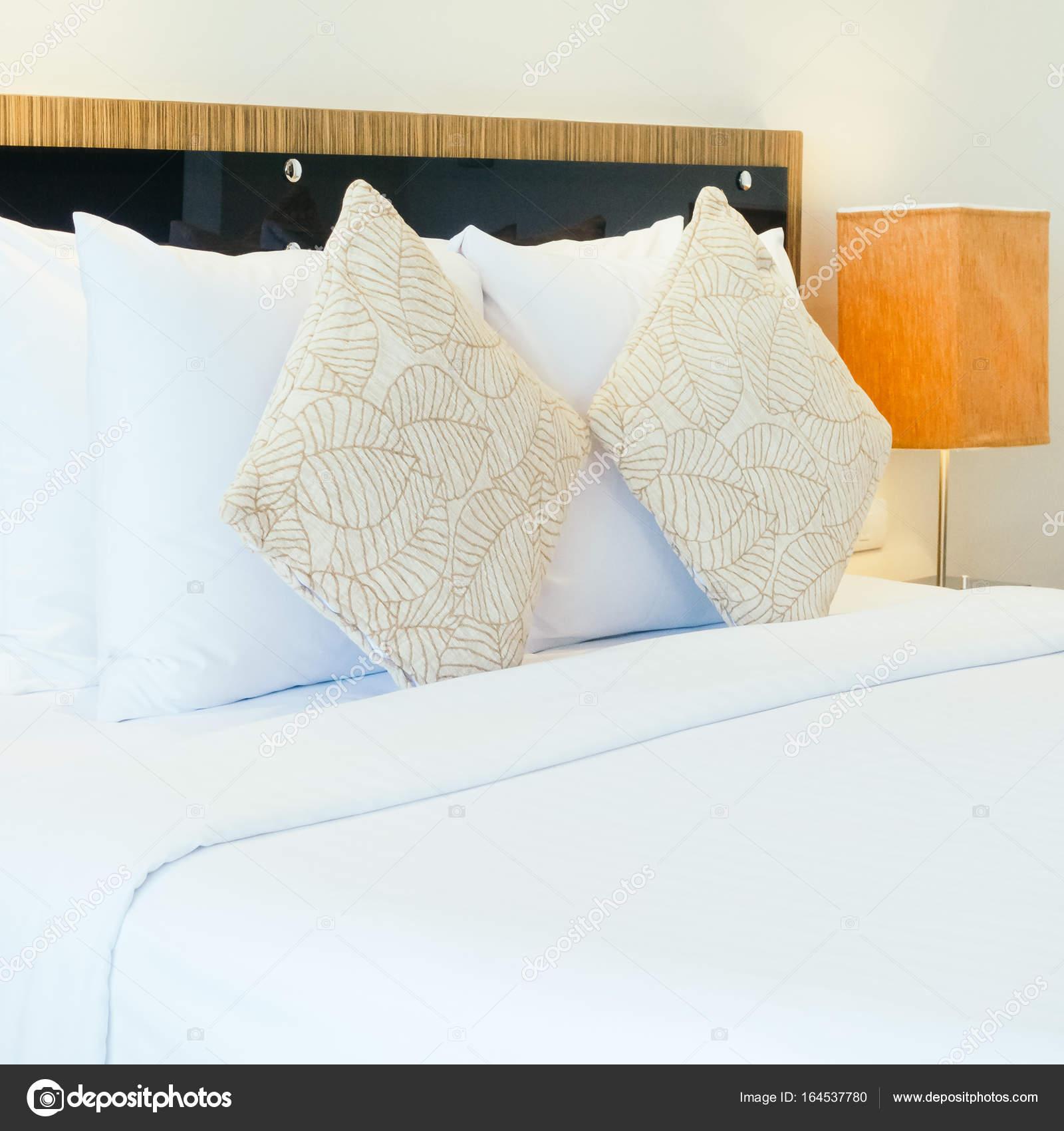 https://st3.depositphotos.com/1875497/16453/i/1600/depositphotos_164537780-stockafbeelding-kussens-op-bed-decoratie-interieur.jpg