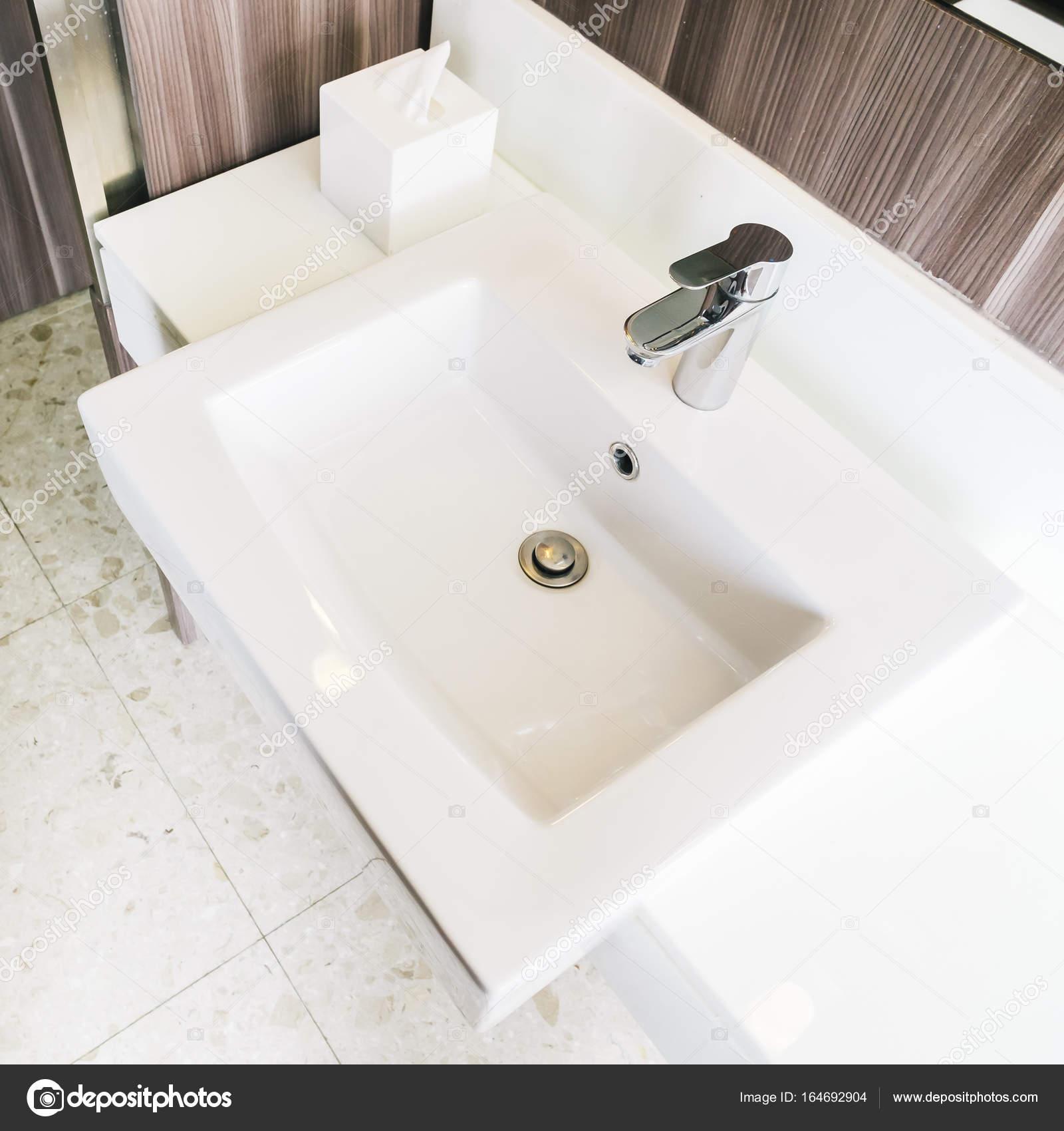 Évier moderne blanc et robinet de salle de bain ...