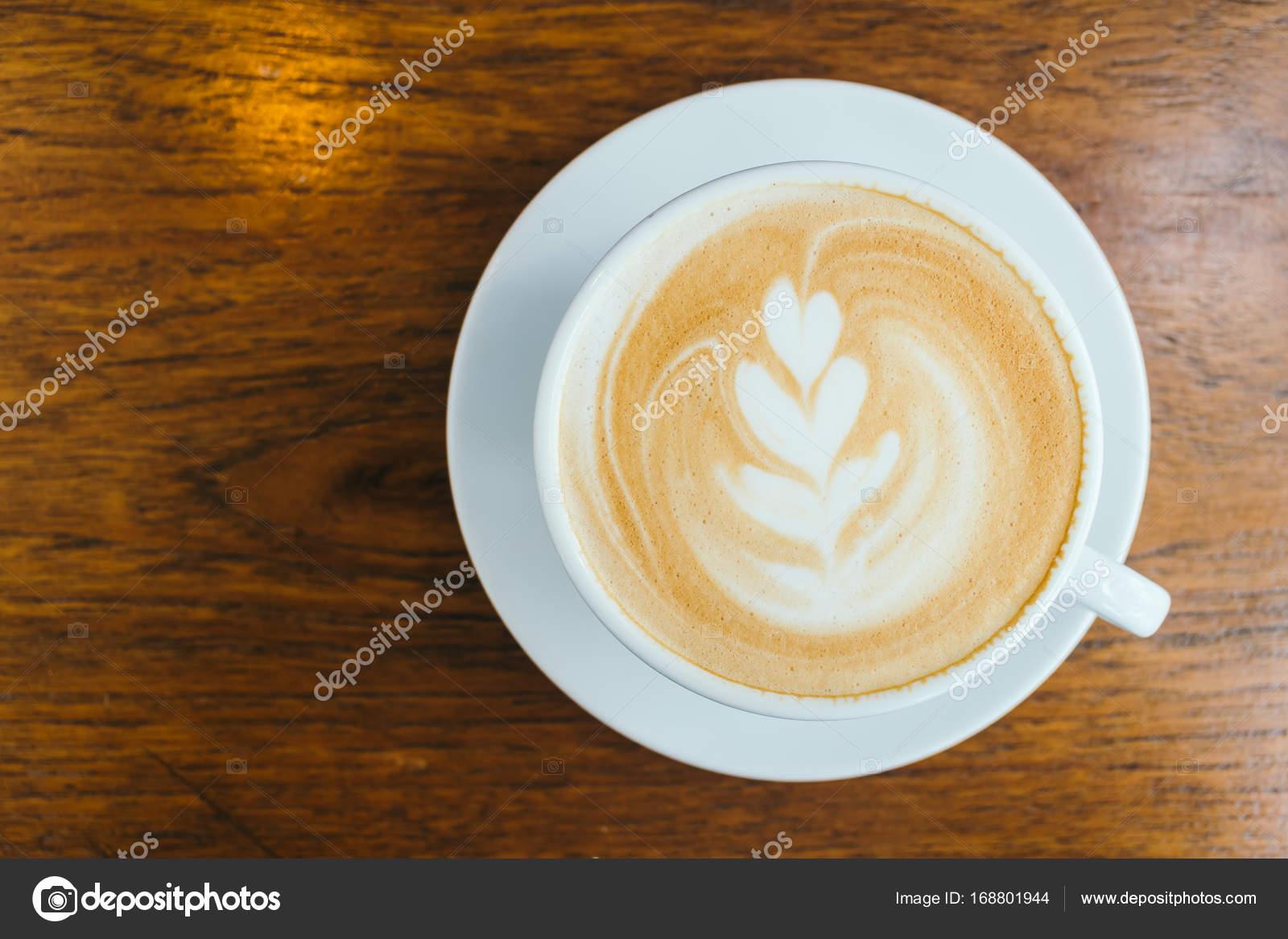 Caffè del latte caldo in tazza bianca sul tavolo nel ristorante e