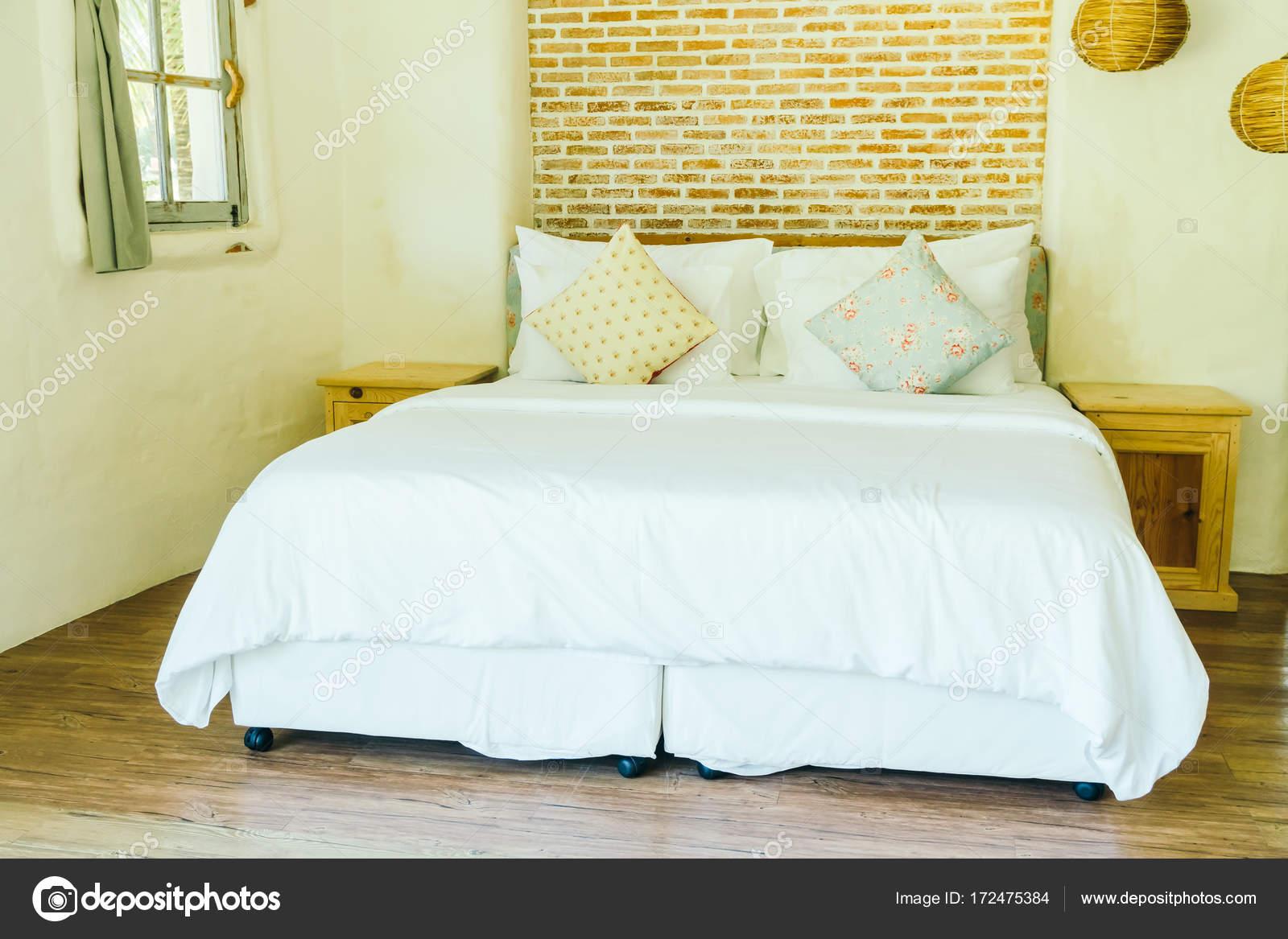 Kussen op het bed in de slaapkamer interieur decoratie u stockfoto