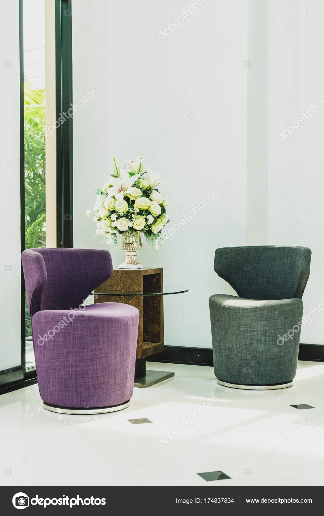 Sofa und Vase Blume Dekoration Interieur — Stockfoto © mrsiraphol ...