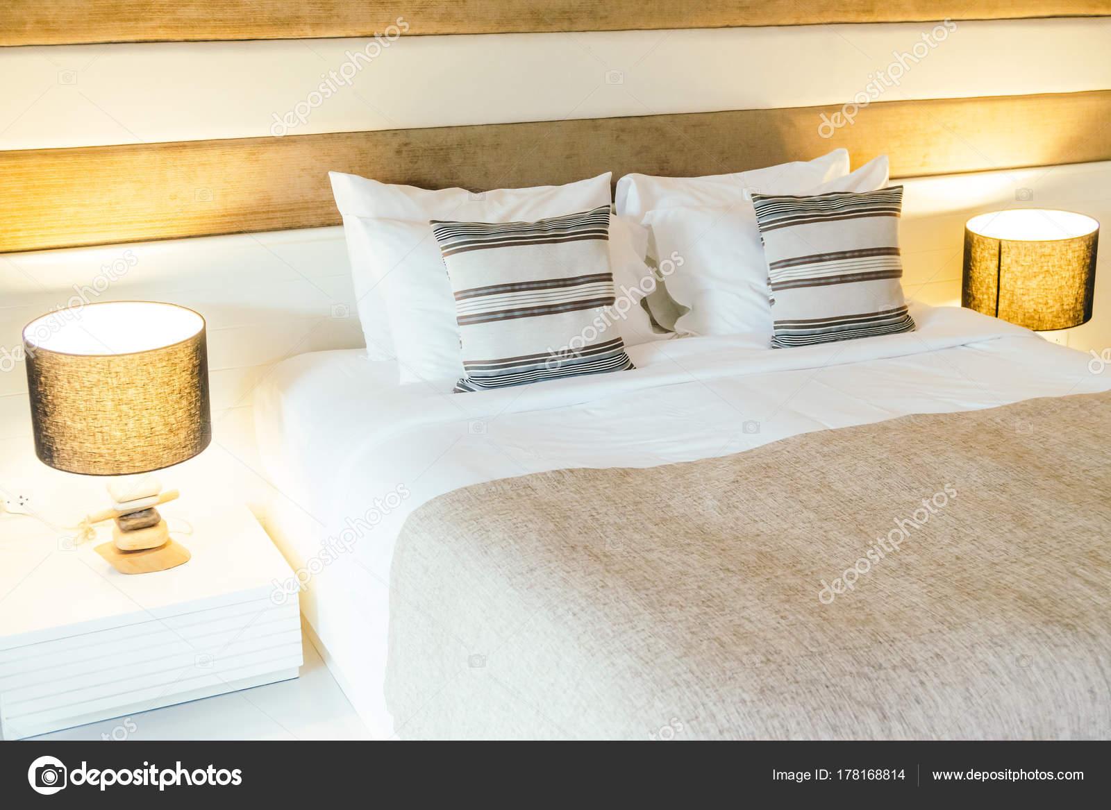 Hoofdkussen bed decoratie slaapkamer interieur met licht lamp filter
