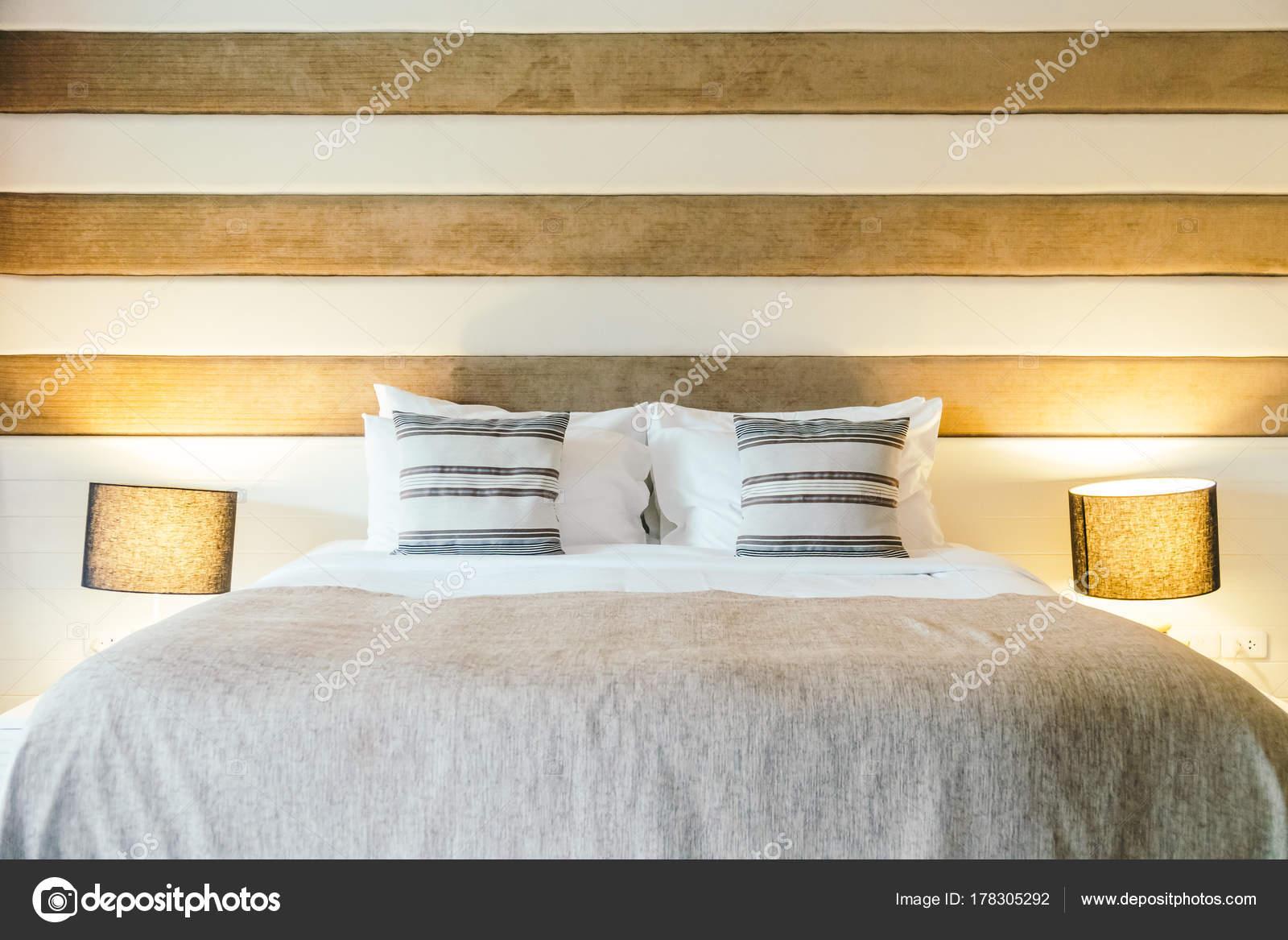 Kissen Bett Dekoration Schlafzimmer Innenraum Mit Lampe Filter Verarbeitet  U2014 Stockfoto