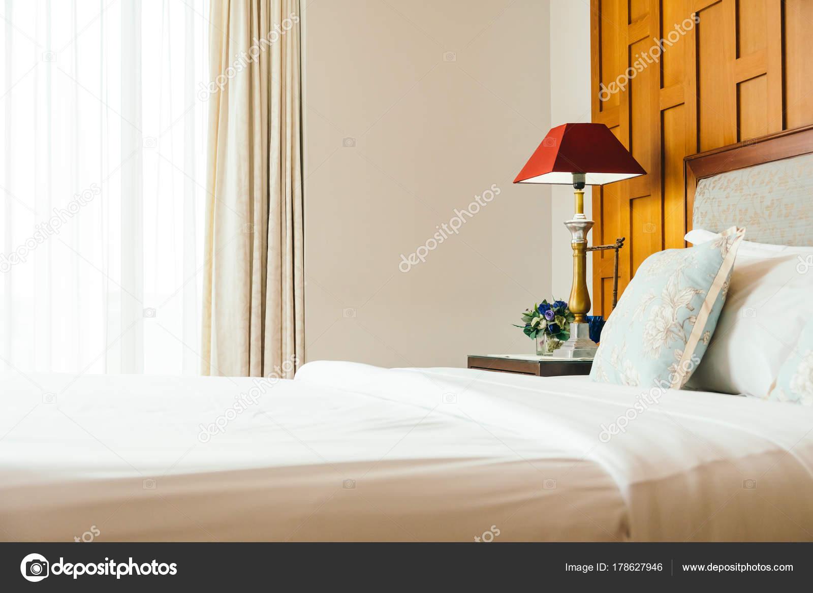 Komfort Kissen Auf Dem Bett Mit Lampe Dekoration Hotel Schlafzimmer U2014  Stockfoto