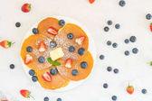 Zdravá snídaně sada s Pancake borůvky a jahody ovoce na kamenný stůl pozadí