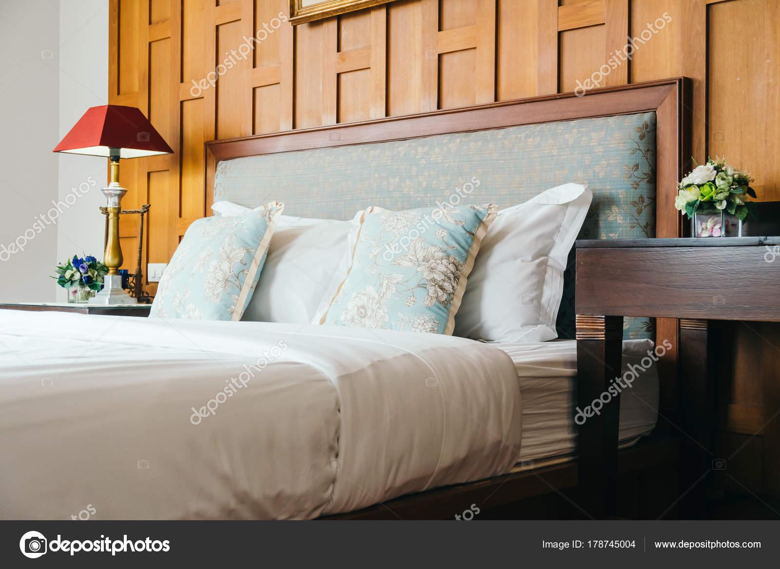 Perfekt Komfort Kissen Auf Dem Bett Mit Lampe Dekoration Hotel Schlafzimmer U2014  Stockfoto