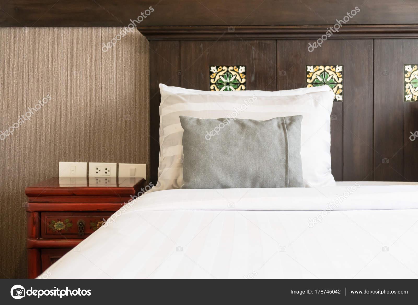 AuBergewohnlich Komfort Kissen Auf Dem Bett Mit Lampe Dekoration Hotel Schlafzimmer U2014  Stockfoto