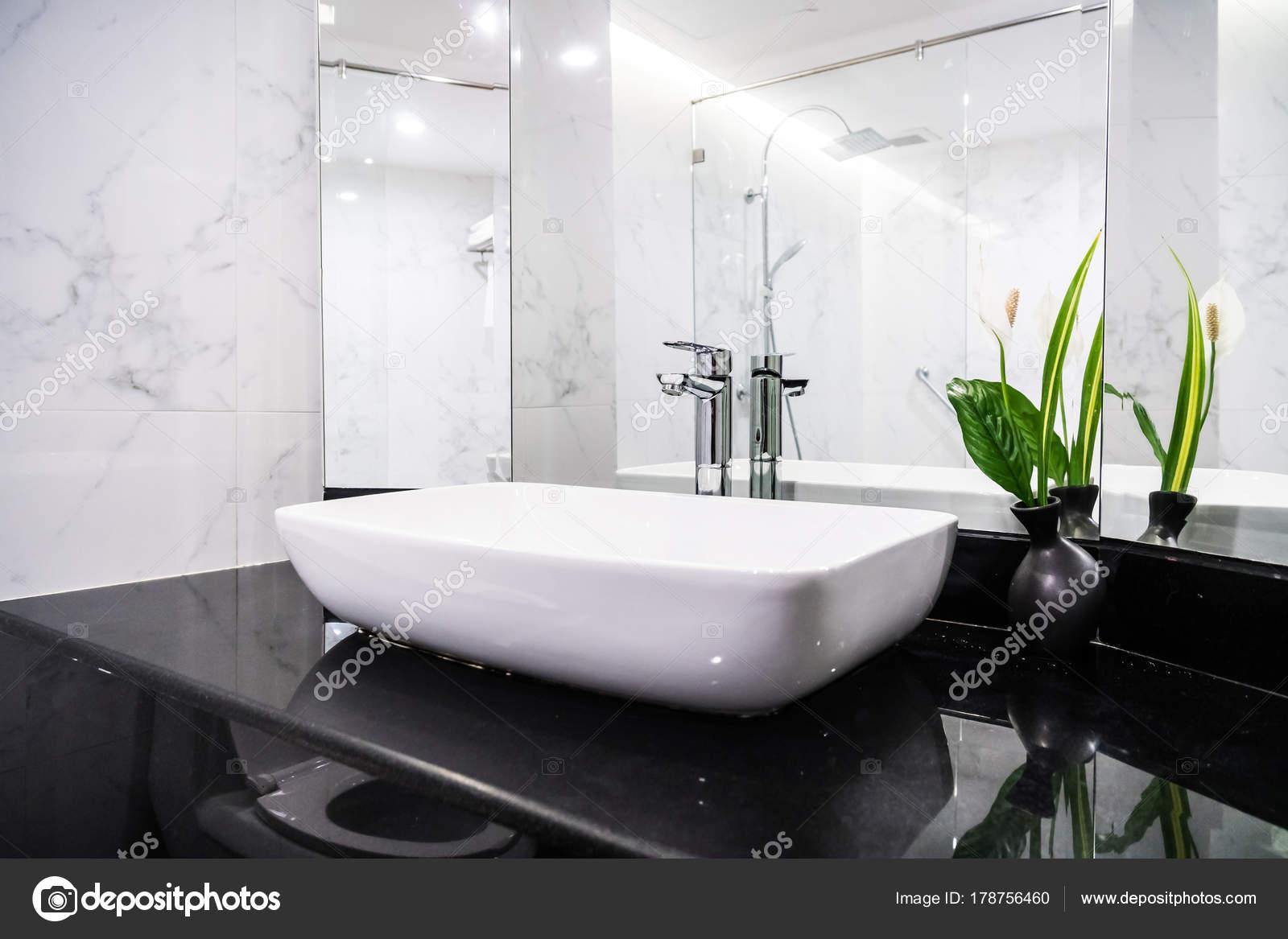 Wastafel kraan decoratie badkamer interieur u stockfoto