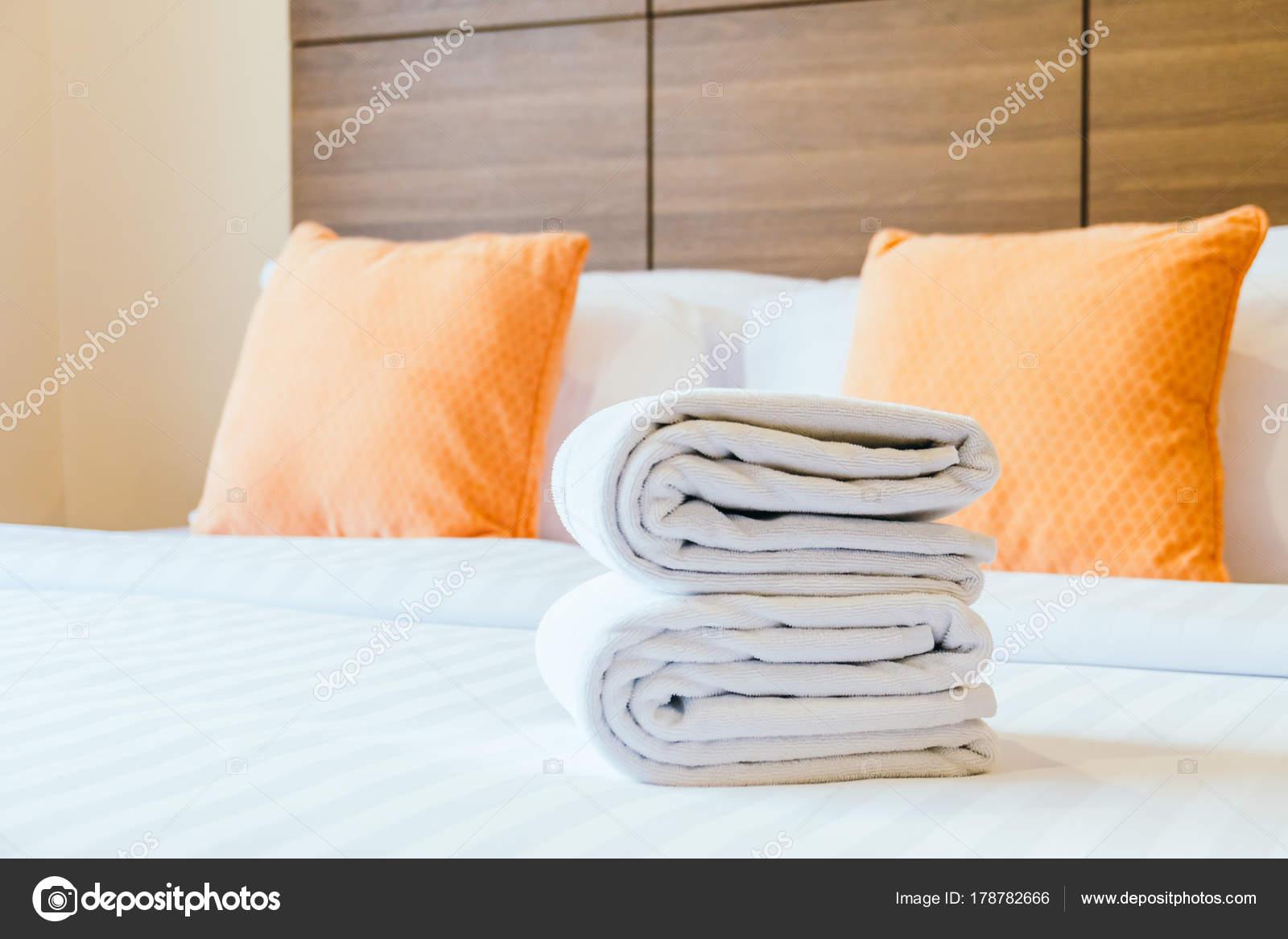 Witte badhanddoek bed decoratie slaapkamer interieur u stockfoto