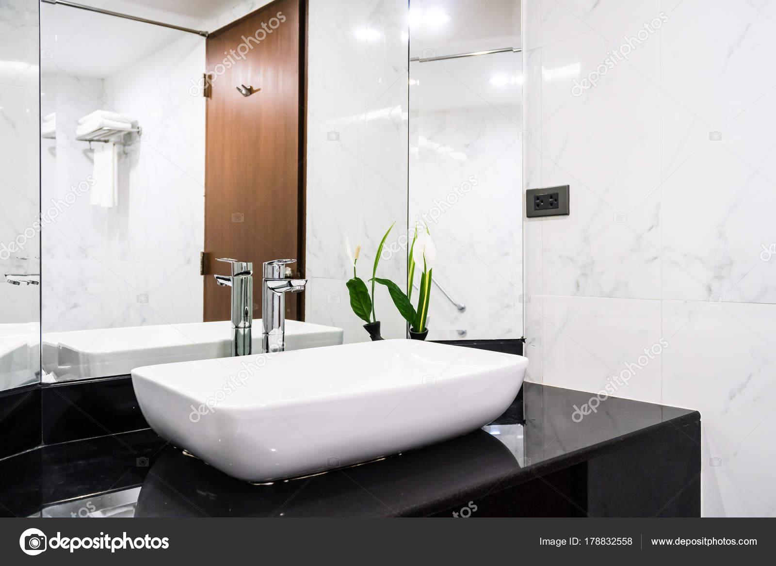 Wastafel kraan decoratie badkamer interieur u2014 stockfoto © mrsiraphol