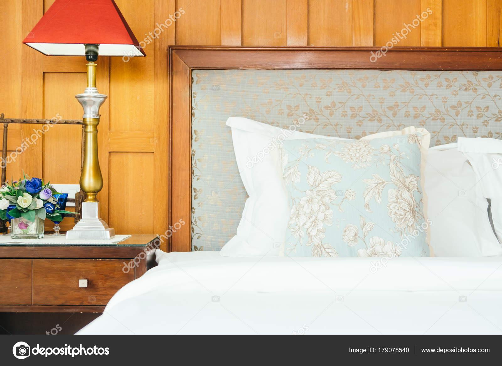 Attraktiv Komfort Kissen Auf Dem Bett Mit Lampe Dekoration Hotel Schlafzimmer U2014  Stockfoto