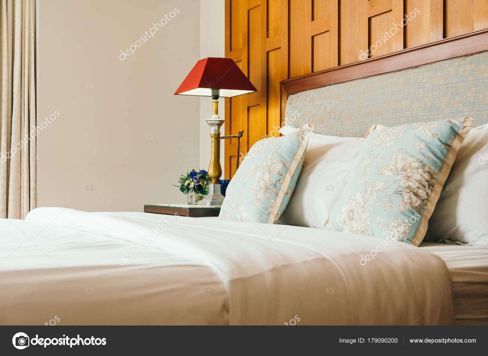 Comfort kussen het bed met licht lamp decoratie hotel slaapkamer