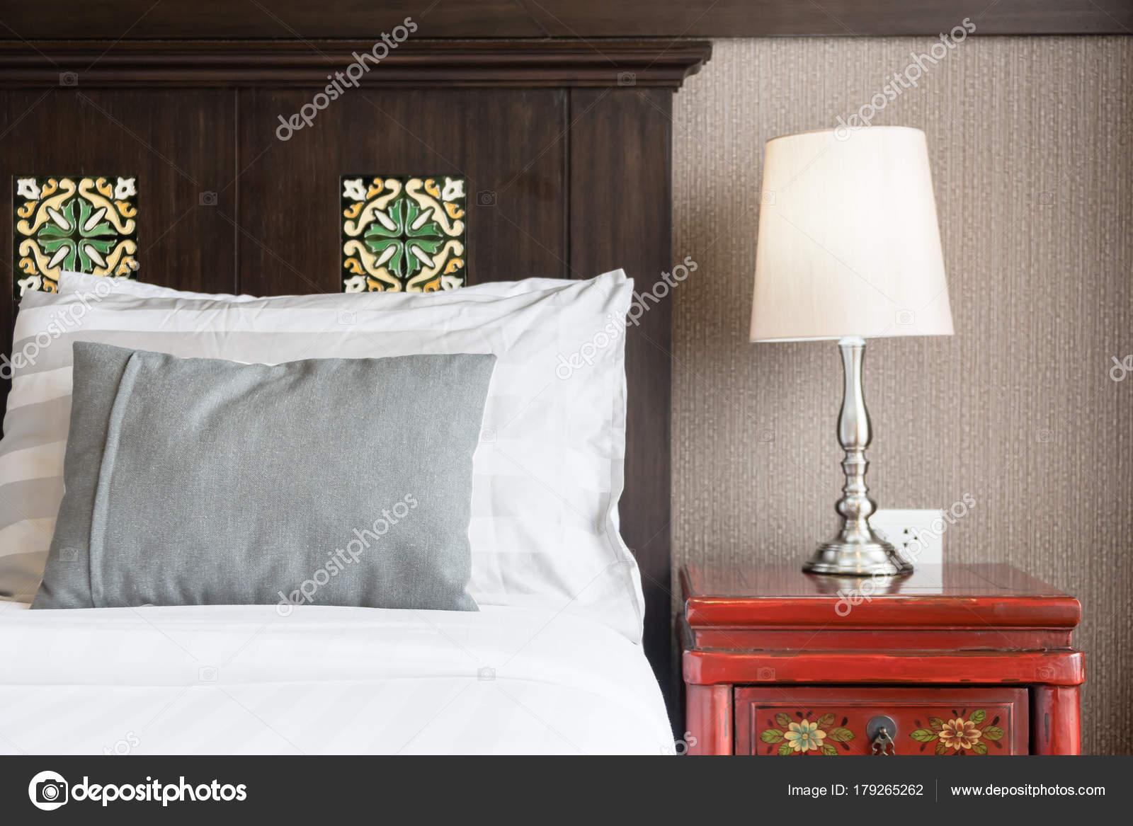 Wunderbar Komfort Kissen Auf Dem Bett Mit Lampe Dekoration Hotel Schlafzimmer U2014  Stockfoto