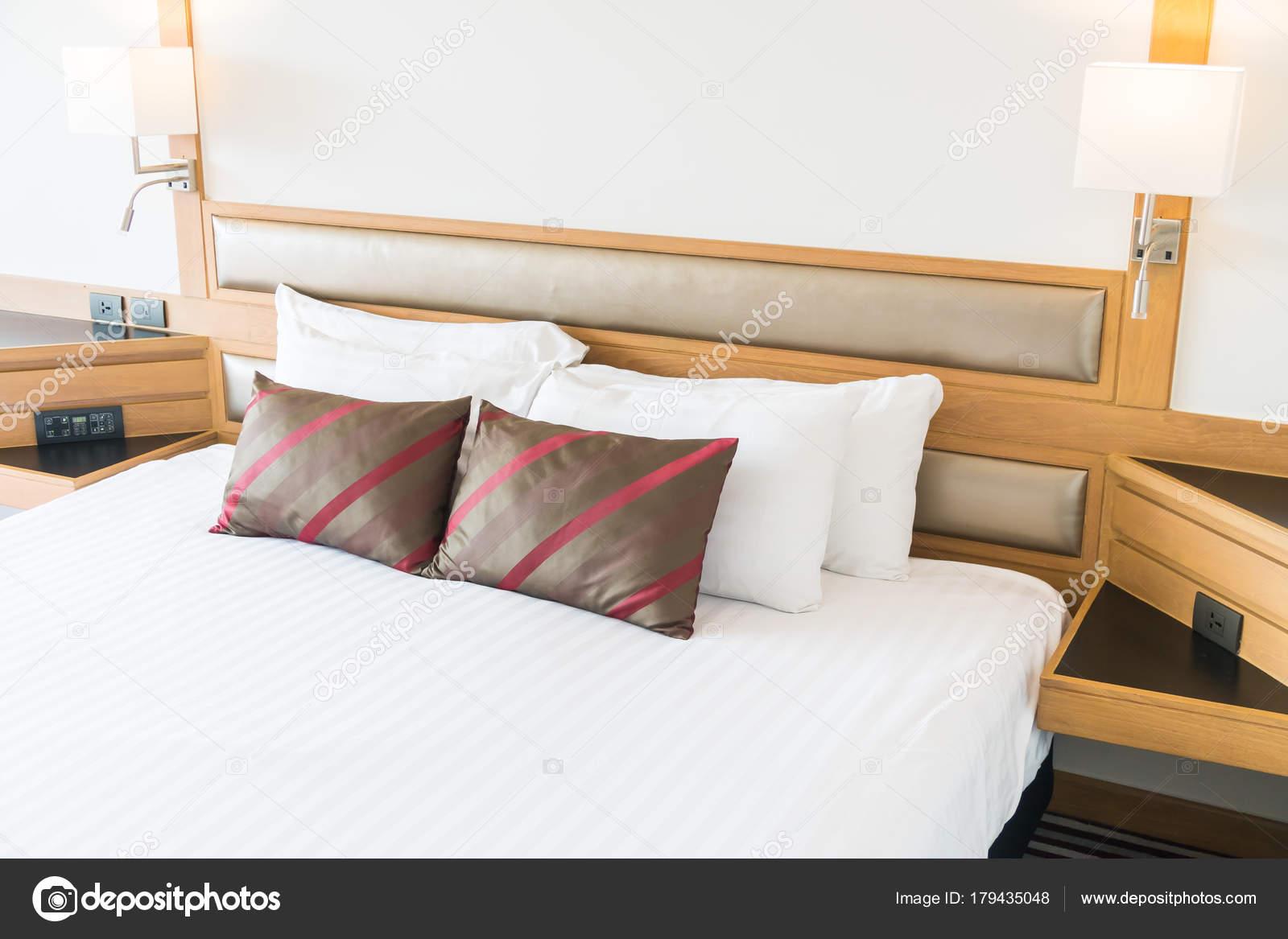 Comfortabel kussen het bed slaapkamer interieur decoratie