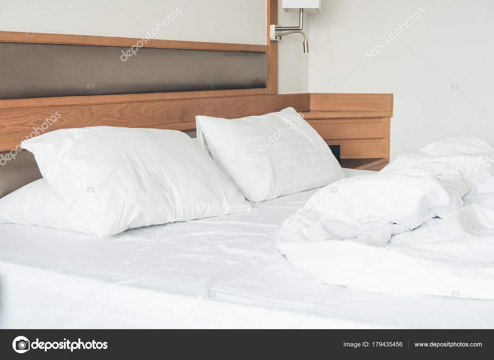 Weißes Kissen Mit Rumpled Bett Dekoration Schlafzimmer ...
