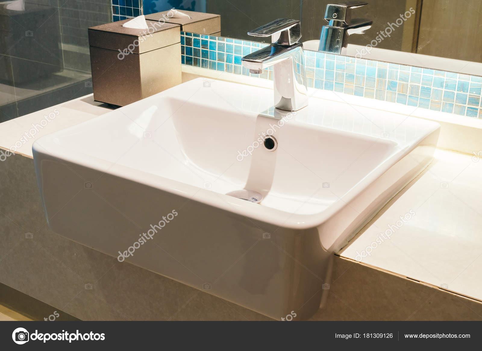 Rubinetto e lavello decorazione in bagno — Foto Stock © mrsiraphol ...