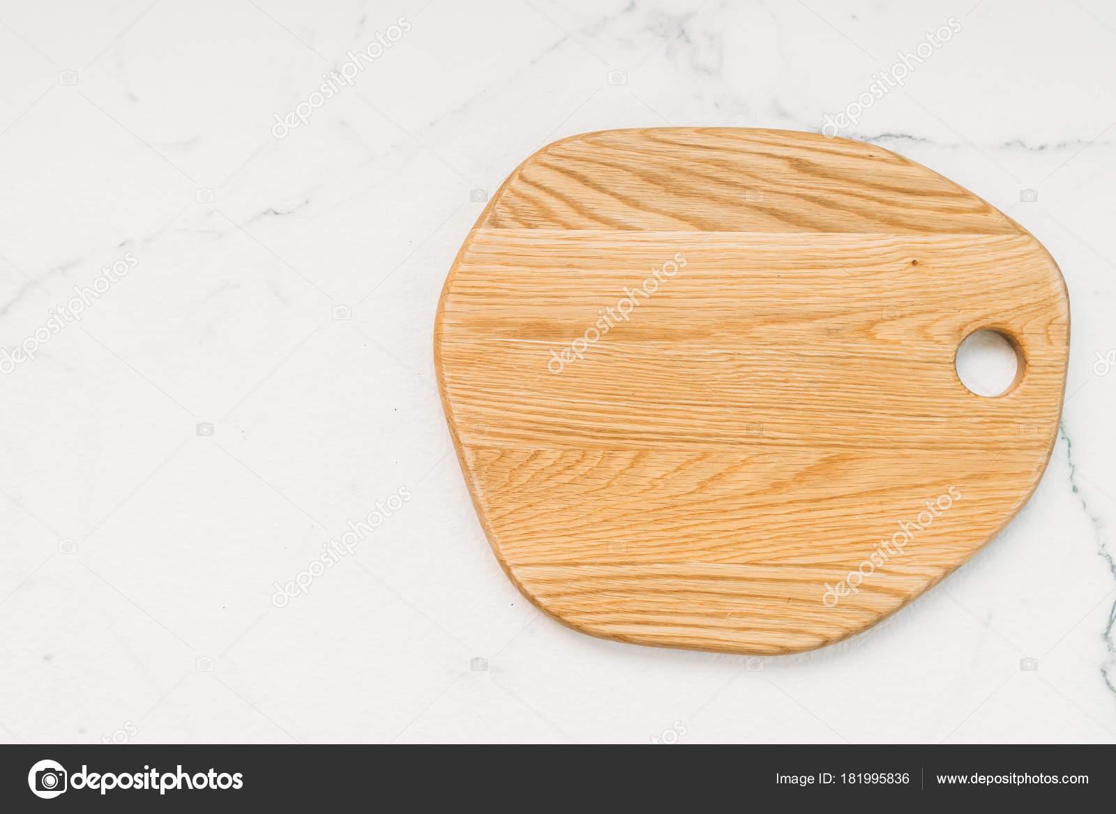 Houten snijplank witte marmeren stenen achtergrond u2014 stockfoto