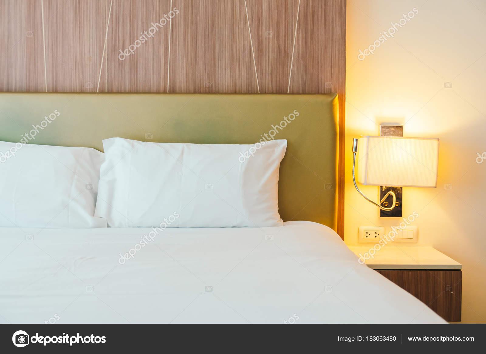 Witte kussen het bed decoratie slaapkamer interieur u stockfoto