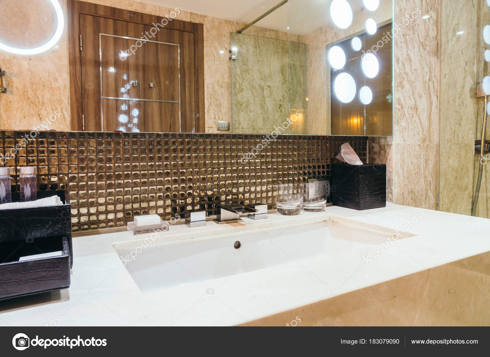 Decoratie van kraan wastafel badkamer interieur u stockfoto