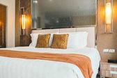 Fotografie Pohodlný polštář na posteli dekorace v interiéru ložnice hotelu