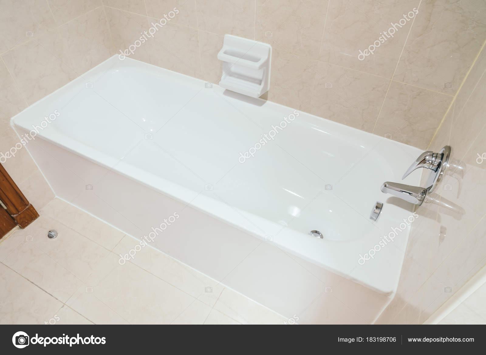 Decoratie Voor Badkamer : Witte badkuip decoratie badkamer interieur u stockfoto