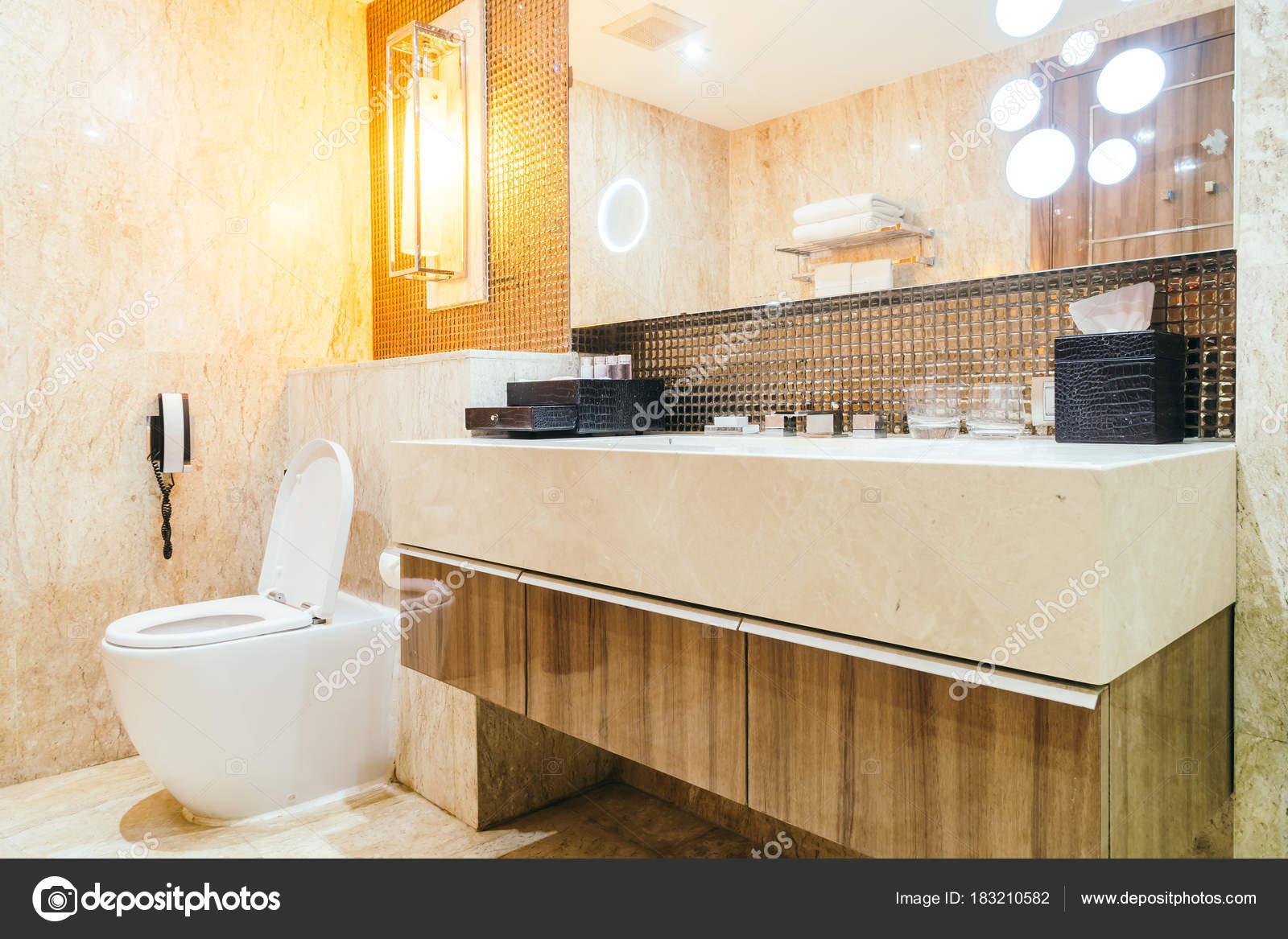 Wasserhahn Und Spüle Dekoration Badezimmer Interieur — Stockfoto ...
