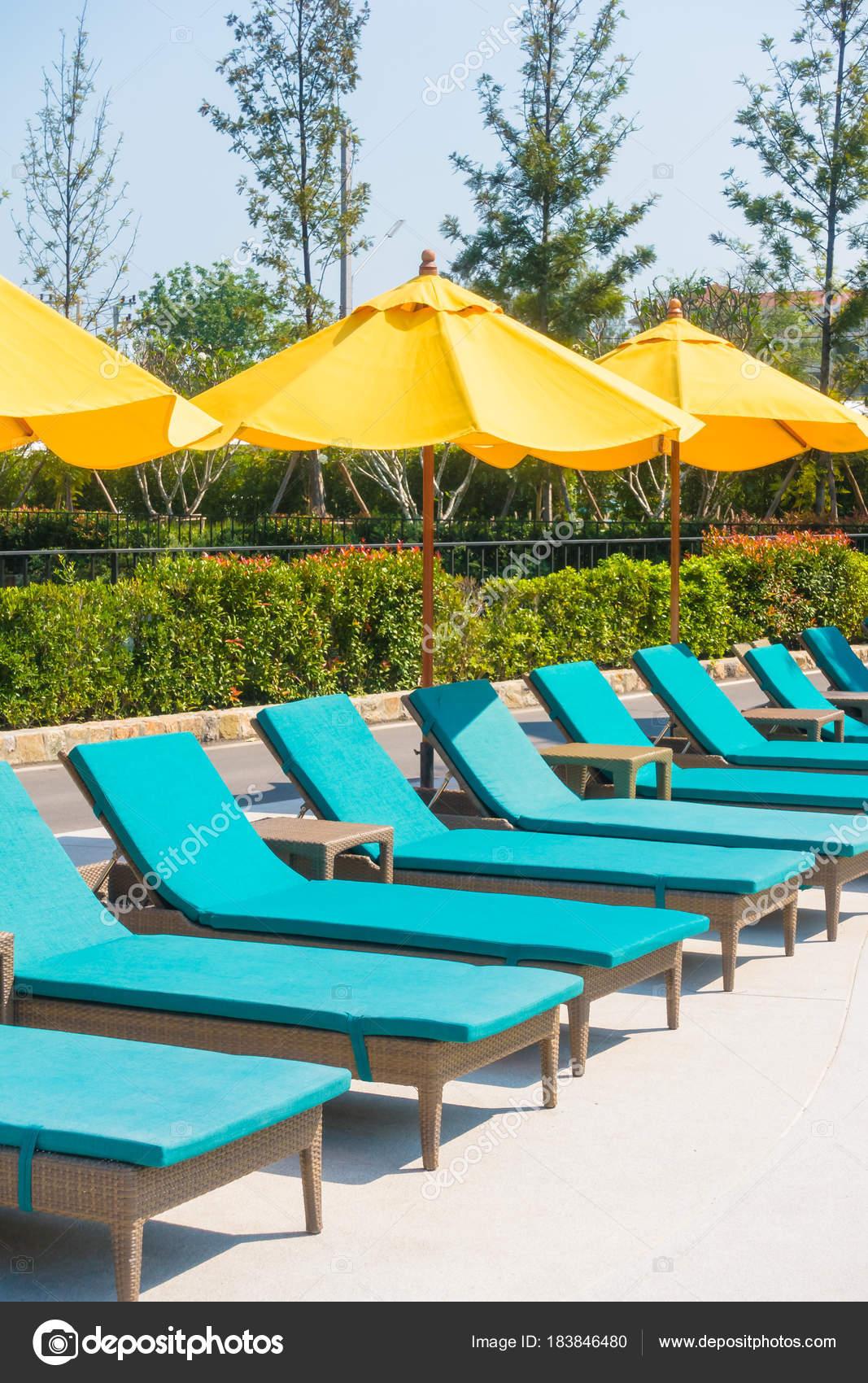parasol et chaise autour d'une piscine — photographie mrsiraphol