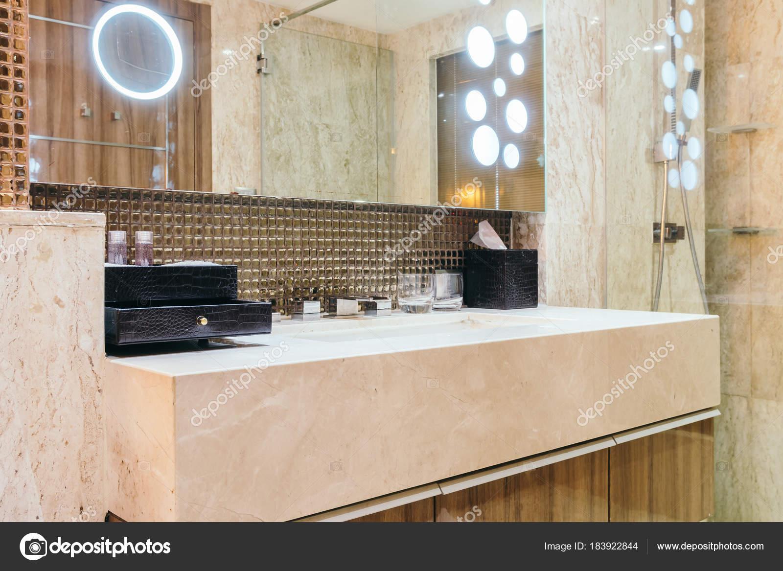 Kraan en wastafel in badkamer decoratie — Stockfoto © mrsiraphol ...